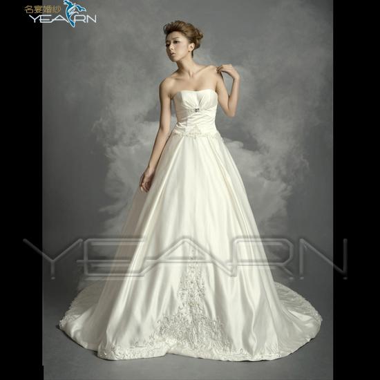 现在新娘所穿的下摆拖地的白纱礼服远是天主教徒的典礼服.