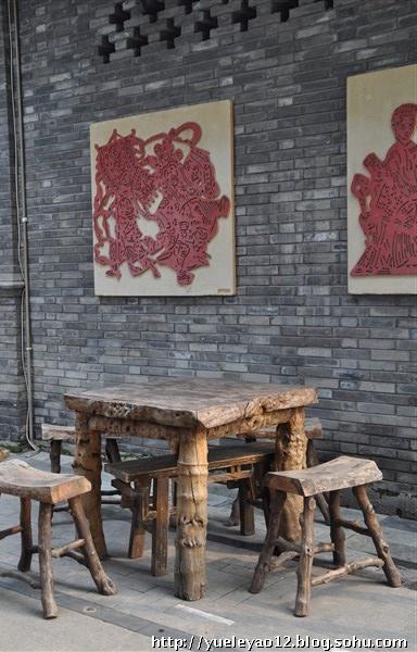 想象着这样式陈旧的木头桌子,条凳上坐着几个成都老人,悠然滴吸着旱烟