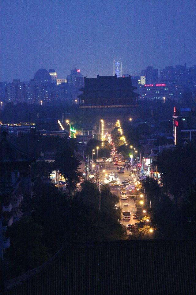 """登景山拍夜景 9月5日我到城里办事,有意识地转到景山,登高看看北京美丽的夜景,这还是第一次。天色渐晚,太阳像熔开了的金块,刹那间,由刺眼的日光,渐渐变红,步步下沉,躲进云里。这也许是词人李清照""""落日熔金,暮云合璧""""的意境吧。太阳下山后,华灯渐渐开启,真是万家灯火!一些发烧友,顾不上欣赏美景,一个劲地拍。我没有带三脚架,把相机架在围墙上减少抖动,还是有点虚;不敢较长时间曝光,缺乏动感。为了早点回家,没等照明灯全部开启,就返回,下次去要作好准备。  01落日熔金  02白塔映辉  03"""