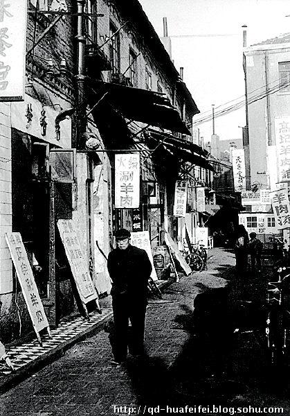 大门后面可以看见现代的建筑-青岛国货公司  今天演出的是京剧