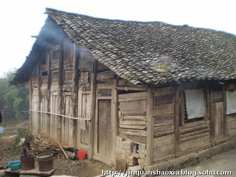 木结构的房屋因年久失修而多处腐烂