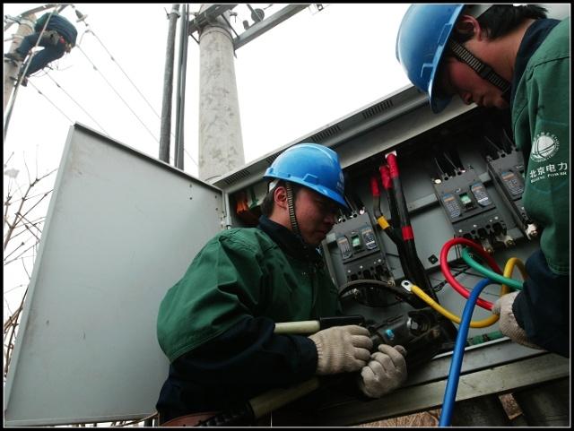 潞城镇大营村工人正在检测电表总箱,让村民更换的新型卡式电表