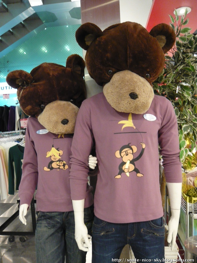 小熊头套超级可爱,情侣衫上的图案也超有趣~~ ^_^ 穿出去一定很
