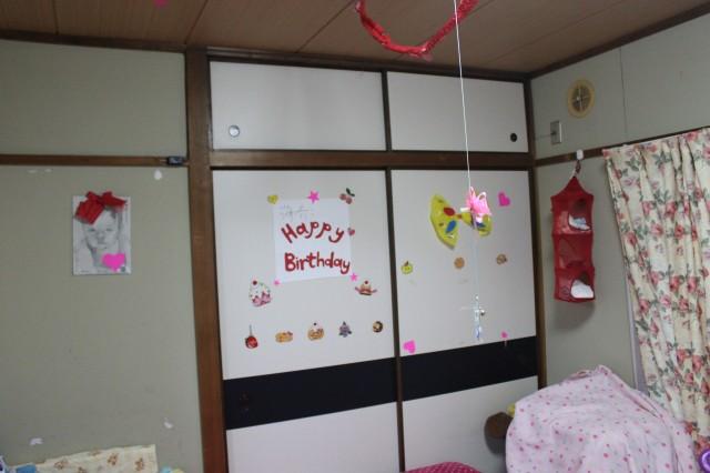 墙上的剪纸都是俺花了一下午,冒死没去学校给剪出来的.要