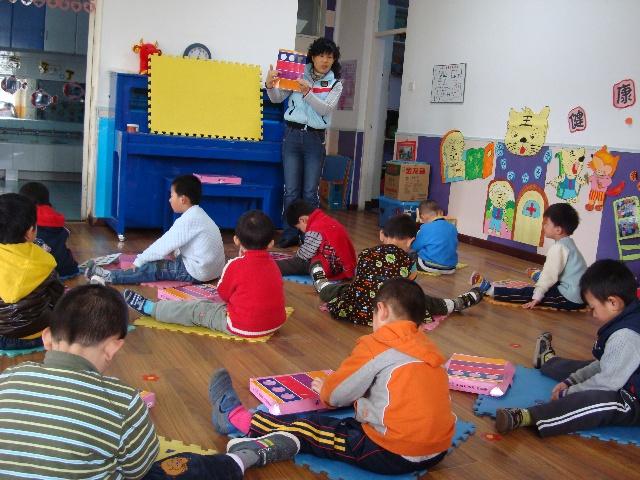 在活动中,课程提供了幼儿喜欢的机器人形象,让幼儿通过帮助机器人&ldq