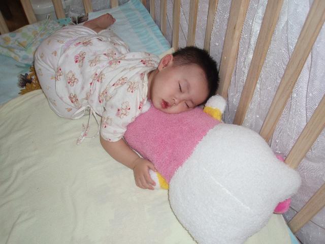 很多小朋友都喜欢趴着睡觉,有科学研究表明这种睡姿有利于