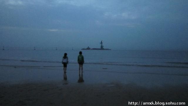 早起看海的大人和孩子