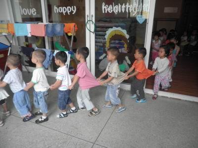 幼儿园小朋友排队上下楼梯