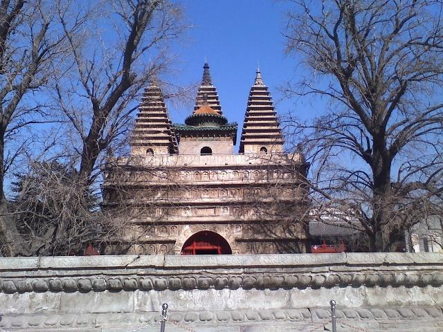 """這種高台上建有五塔的佛塔,被稱為""""金剛寶座塔"""",中國僅存6座,北京有3座:真覺寺金剛寶座塔、碧雲寺金剛寶座塔、西黃寺清凈化城塔,另外3座分別在:內蒙古呼和浩特、雲南昆明妙蓮寺、河北正定廣惠寺。其中時代最早、造型最精美的,要屬真覺寺的金剛寶座塔。 還沒有往上看,便被塔座的精美雕刻所吸引。台基外周刻有梵文和佛像、法器等紋飾。台基上面是金剛寶座的座身,分為五層,每層均有挑出的石制短檐,檐頭刻出筒瓦、勾頭、滴水及椽子,短檐之下周匝全是佛龕,每龕內雕坐佛一尊,佛龕之間用雕有花瓶紋飾的石柱相"""