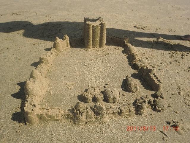 这是一个沙子堆的城堡是用了好长时间才做好的!