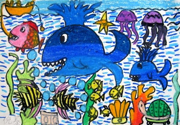 妙》,体验用水油分离法画画带来的快乐。要求幼儿先在画纸上画出海底的动物、植物或到海底探宝的潜水员,用油画棒涂上鲜艳的颜色,然后用排笔蘸上调好的水粉颜料在画纸上均匀地刷,涂上海底世界的底色,幼儿从中感受到了水油分离在绘画中带来的神奇效果,孩子们作画时俨然像一个自由作画的小画家,新颖的作画形式,能很好地激发幼儿的学习兴趣。 三、恰当的教学组织方法,有利于幼儿兴趣持续。 我事先为幼儿提供了两幅不同的范例画,一幅是用油画棒、水彩笔画的画,另一幅是用水油分离法画的海底世界,通过让幼儿观察、比较,幼儿区分出了两幅画的