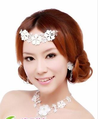 将头发往后脑高盘起, 西安婚纱影楼做出一个蓬松造型又干净的新娘盘发