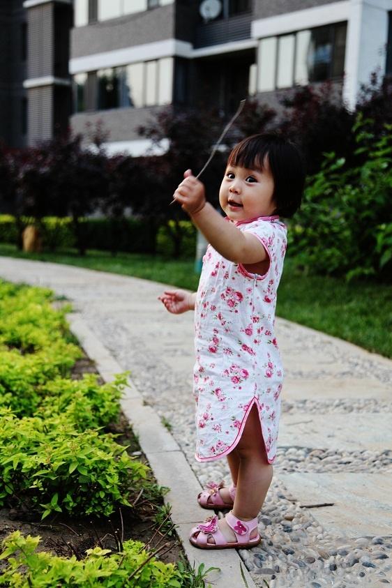 纯棉的,不过容易起褶,适合摆pose拍照,不适合运动,看看她穿着旗袍爬上