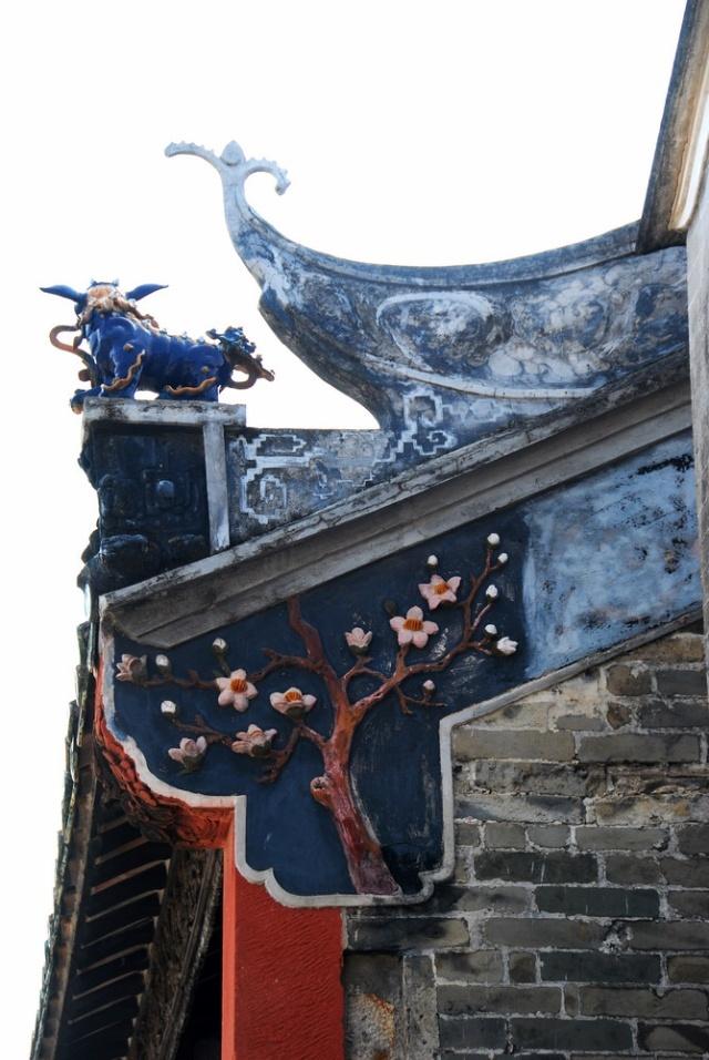 房顶装饰众多戏剧人物.华丽多姿,这在徽派建筑是不曾有的.