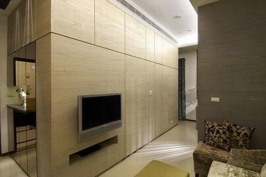 数个木格交错,成为客厅与厨房的隔间墙